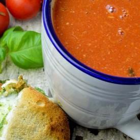Italia tomato soup with pesto chees